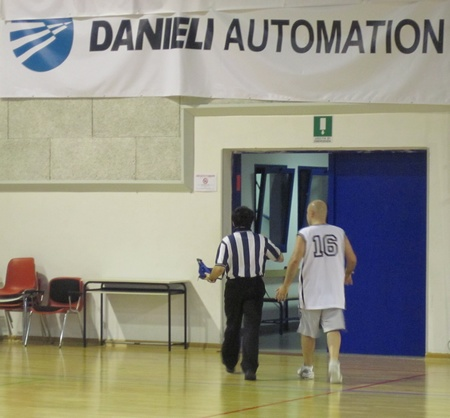L'arbitro Favretti inseguito da Melloni